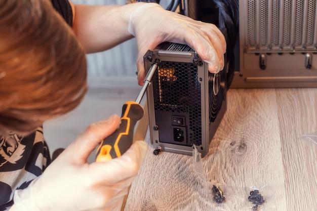 Установка блока питания в системный блок настольного пк. компоненты компьютера. сборка пк