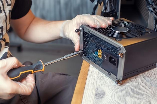 デスクトップpcの本体に電源ユニットを取り付ける