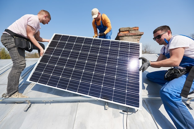 家の屋根に太陽光発電パネルシステムを設置する