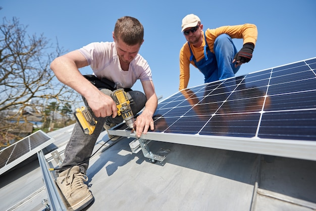 Установка солнечных фотоэлектрических панелей на крыше дома