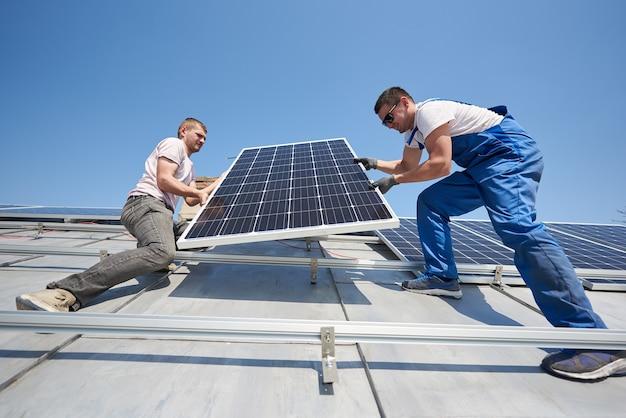 집 지붕에 태양 광 패널 시스템 설치