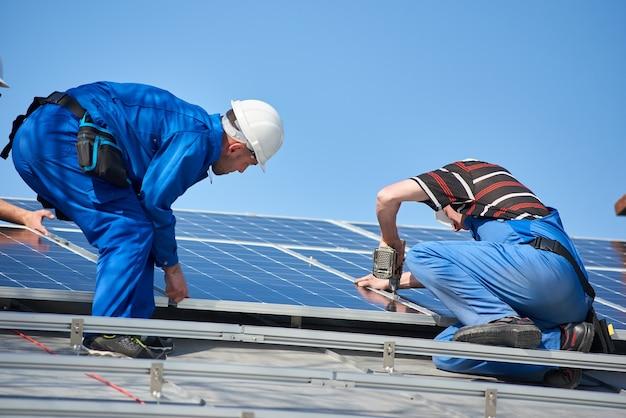 집 지붕에 태양광 패널 시스템 설치