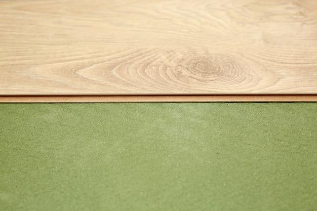 Укладка деревянного ламината или паркета на зеленую основу. монтаж панелей быстро и легко - доступный пол. укладка ламината дома.