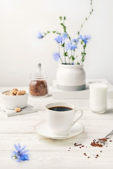 Растворимый напиток из корня цикория в белой чашке