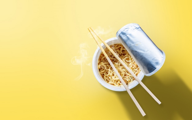 箸でインスタントカップ麺