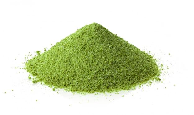Растворимый зеленый чай маття на белом