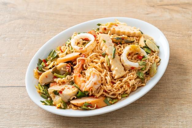 ミックスミートのインスタントラーメンスパイシーサラダ-アジア料理スタイル