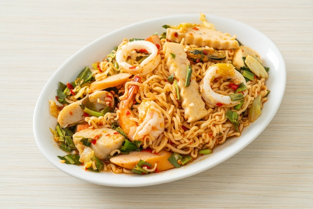 Острый салат с лапшой быстрого приготовления с мясным ассорти - стиль азиатской кухни