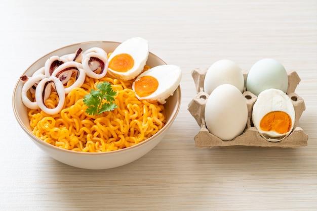 イカ入りインスタントラーメンゆで卵味