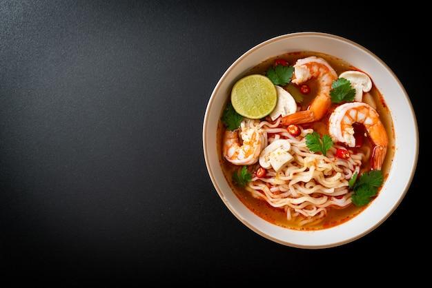 Лапша быстрого приготовления рамен в остром супе с креветками (том ям кунг) - азиатский стиль еды
