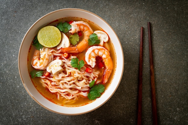 새우(tom yum kung)를 곁들인 매운 수프의 인스턴트 라면 - 아시아 음식 스타일