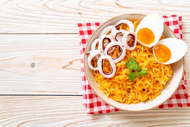 오징어 또는 문어 덮밥을 곁들인 인스턴트라면 소금 계란 맛