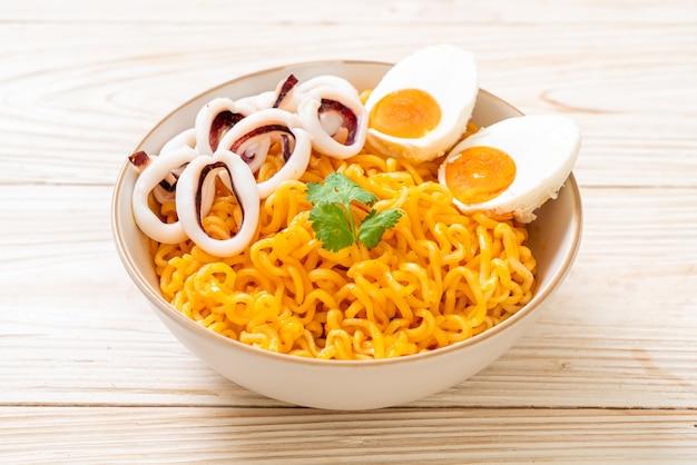 Лапша быстрого приготовления со вкусом соленого яйца с чашей кальмаров или осьминога