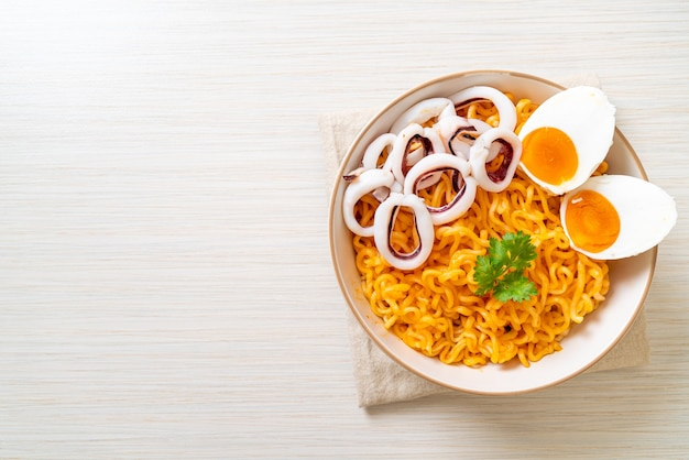 Лапша быстрого приготовления со вкусом соленого яйца с кальмарами или осьминогом