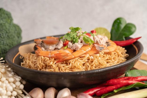 Instant noodles stir-fried with shrimp and pork.