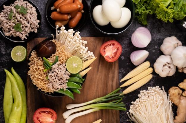 Лапша быстрого приготовления с фаршем из свинины, лаймом, луком, зеленым горошком, грибами с золотой иглой и молодой кукурузой