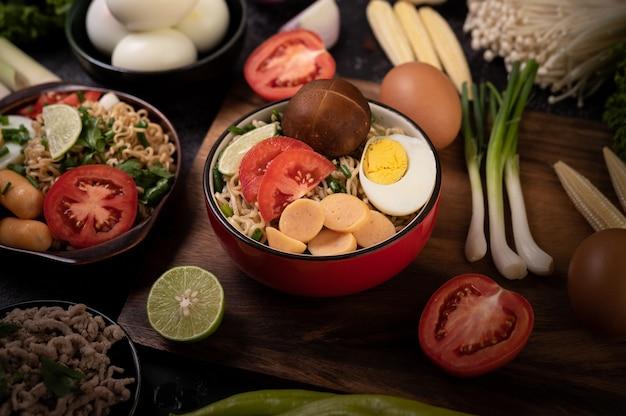 Spaghetti istantanei con carne di maiale macinata, lime, cipolla, piselli, funghi aghiformi e mais baby