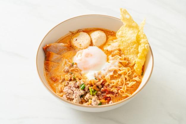 매콤한 스프에 돼지 고기와 미트볼이 들어간 인스턴트라면 또는 아시아 스타일의 톰얌 누들