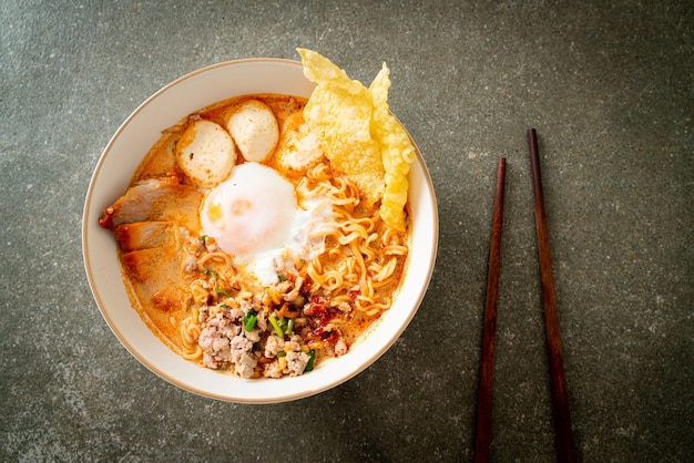 매운 수프에 돼지고기와 미트볼을 넣은 인스턴트 국수 또는 아시아 스타일의 tom yum noodle