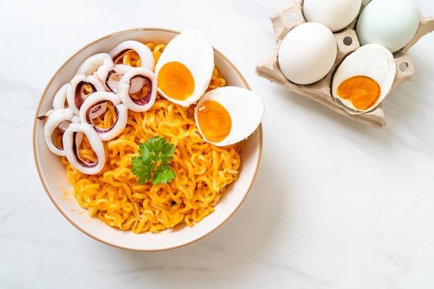 오징어와 삶은 계란을 곁들인라면