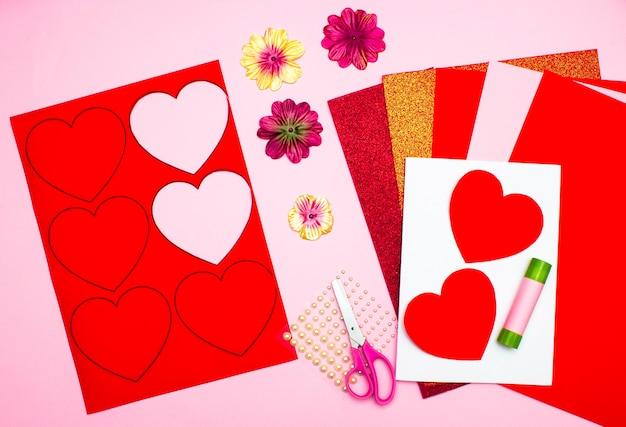 バレンタインデーに自分の手でハートのある色紙製のはがき