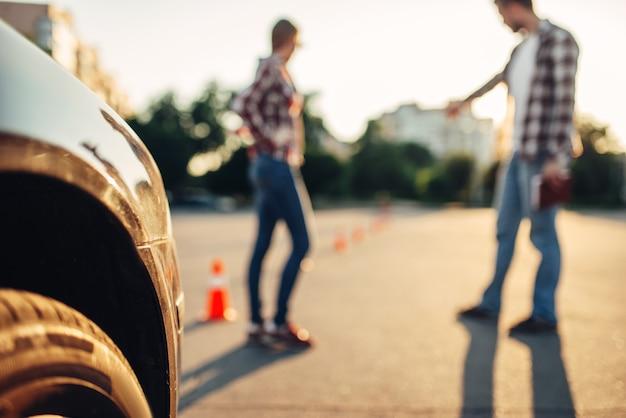 インストラクターと学生、初心者ドライバーのための試験