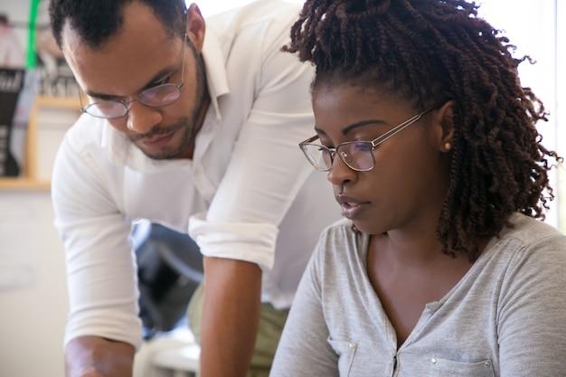 Инструктор, объясняющий специфику проекта для стажера