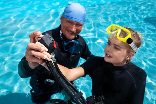강사가 여성에게 다이빙을 가르칩니다.