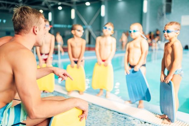 수영장에서 아이들을 훈련시키는 강사