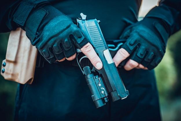 Инструктор с ружьем в руках