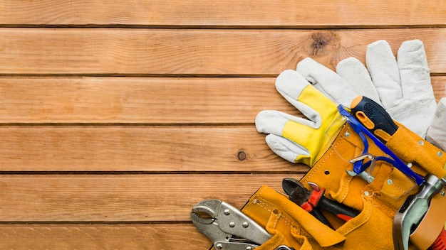 Инструменты плотника на деревянный стол