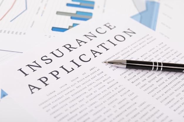 保険アプリケーションのコンセプト、デスクトップ上のドキュメント