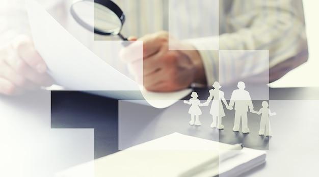 Страховая концепция обеспечения. страхование жизни и имущества. бизнесмен готовит документ.