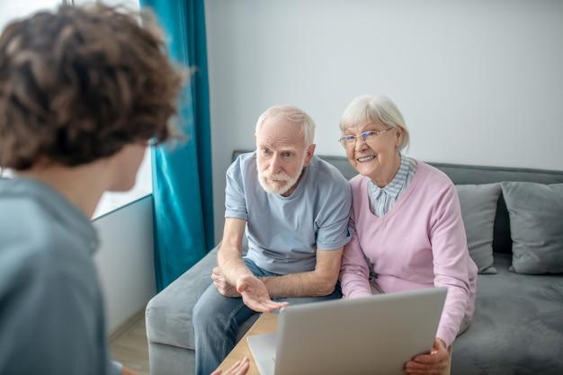 保険契約。健康保険代理店と面会し、契約内容を話し合う老夫婦