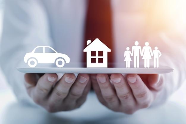 Страховщик, защищающий своими руками семью, дом и машину; многократная экспозиция