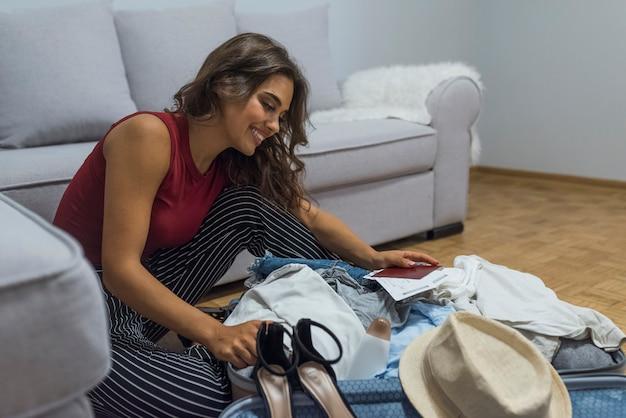 Бизнес, поездки, багаж и люди концепции - закрыть деловая женщина упаковки одежды int