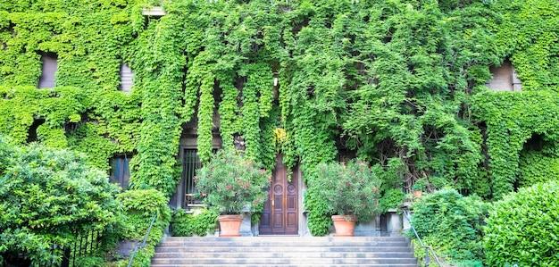 この古いイタリアの建物の自然と不動産の統合