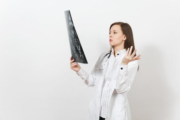 知的医師の女性は、白い背景で隔離のx線放射線画像ctスキャンmriを保持します。医療用ガウン聴診器の女性医師。医療従事者医学の概念放射線科