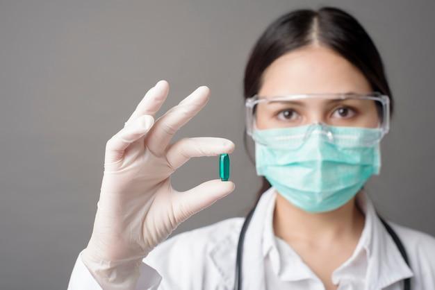 インテリジェントドクターが薬を保持しています。