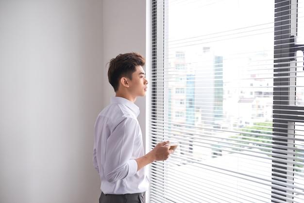 회의 후 휴식하는 동안 흰 셔츠에 지적인 남자