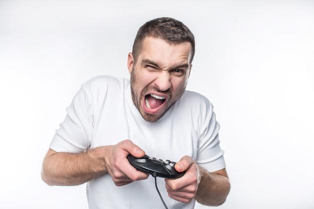한 남자만 플레이하는 강렬한 게임. 그는 게임에서 이기려고 노력하고 있습니다. 그는 비명을 지르며 고함을 지르고 있습니다. 흰색 배경에 고립
