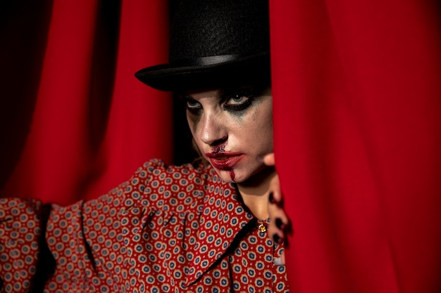 Интенсивный выстрел из макияжа хэллоуин женщина смотрит в сторону