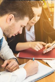 会議の集中的な作業ビジネスチーム、集中ビジネスマンの肖像画をクローズアップ。講義に取り組んでいる学生