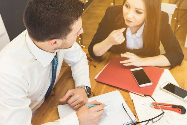 会議の集中的なワーキングビジネスチーム。オフィスで話す女性