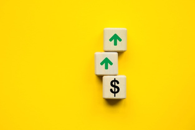 관심 증가 추세. 노란색 배경에 큐브입니다. 성장을 상징합니다. 비즈니스 개념. 복사 공간.