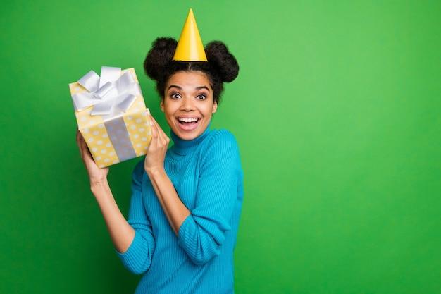 관심있는 어두운 피부 아가씨 큰 선물 상자를 들고 예기치 않은 즐거운 놀라움