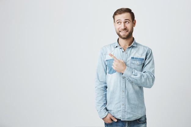 広告で左向きのハンサムなひげを生やしたハンサムな男性