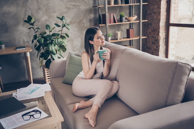 Заинтересованная позитивная девушка работа держать напиток