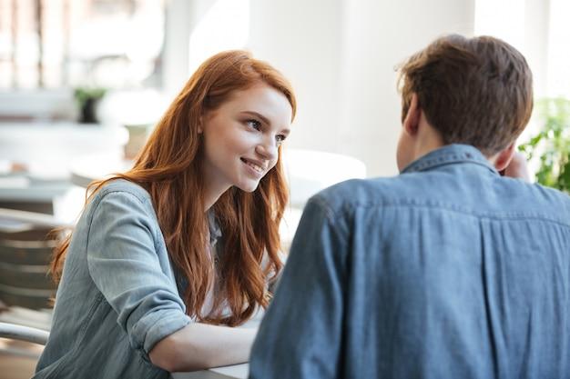 그녀의 남자 친구를보고 관심이 젊은 학생