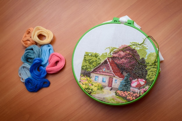 Интересная ручная вышивка из дома в работе иглой и зеленой ниткой